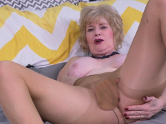 USA gilf Justine gives her hairy fuckbox a treat