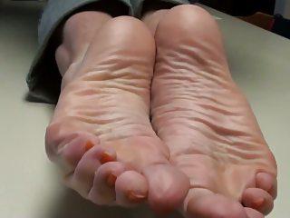 cum overhead mommy's feet