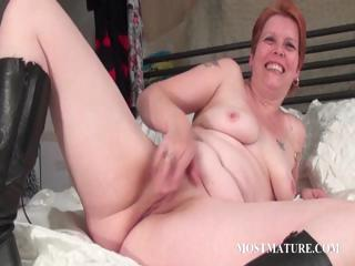 Bitchy MILF masturbates pussy all over purfle