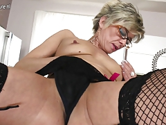 Sexy older granny still  to play with herself