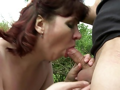 Mature mommy suck and penetrate young trunk in the garden
